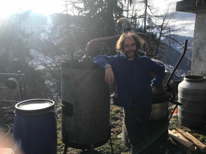 Matthieu distille au chalet