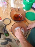 L alchimiste les mains dans la farine